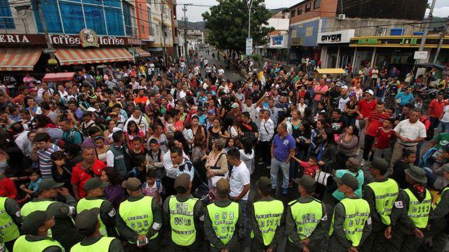 Gente esperando para cruzar