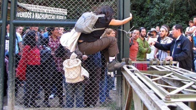 2011年7月25日,游客们在马丘比丘入口处抗议限制入场参观的人数。