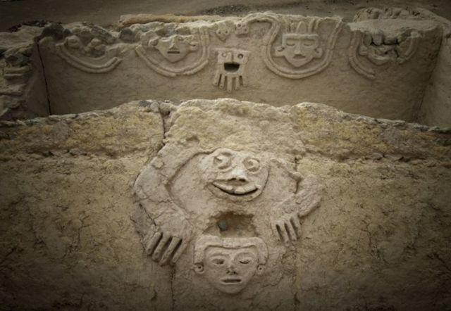 Una foto de la zona arqueológica de Caral que muestra la figura de una rana antropomórfica descubierta en una de las edificaciones de la civilización Caral, al norte de Lima.