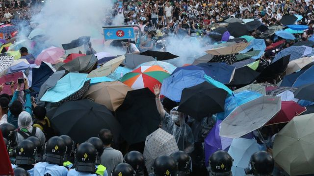 The police fire tear gas to protesters at Harcourt Road in Admiralty after 'Occupy Central' was officially launched in the early morning today.