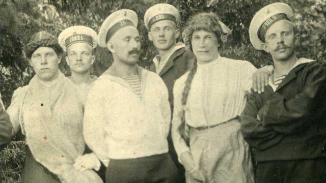 Русские матросы с молодыми людьми, переодетыми в женские платья, 1916 год