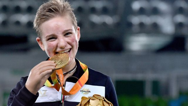 Beatrice morde medalha olímpica