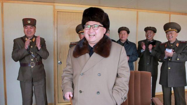 Perezida wa Kim Jong Un aramwenyura mu giheyitegereza igerageza rishya ry'intwaro muri iyi foto itazwi igihe yafatiwe yasohowe n'ibiro ntaramakuru bya Koreya y'Amajyaruguru (KCNA) ku ya 02/04/2016