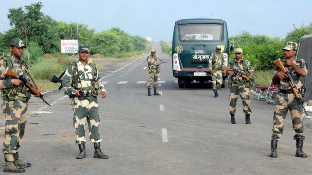 نشرت السلطات الجنود في الطرق المؤدية إلى السجن الذي يحتجر فيه زعيم الطائفة سينغ