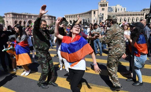 Протестующие всех возрастов вернулись на площадь Республики, отреагировав на призыв Пашиняна к всеобщей забастовке
