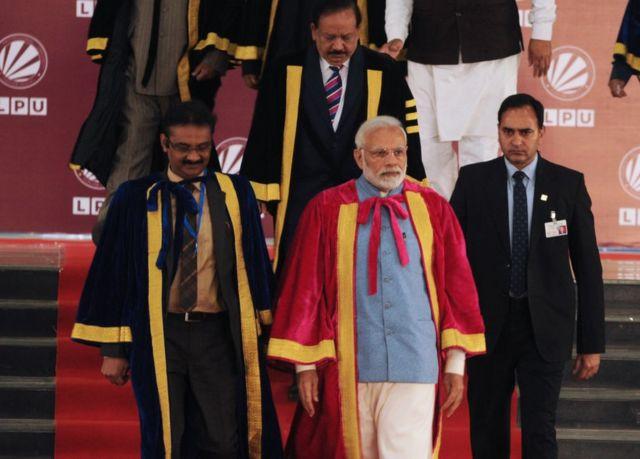 O primeiro-ministro Narendra Modi (ao centro) e o ministro da Ciência e Tecnologia Harsh Vardhan (à esquerda) na abertura do 106º Congresso Científico Indiano, no dia 3 de janeiro de 2019 em Jalandhar, na Índia