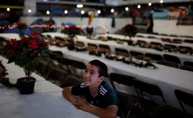 Seorang anak yang bersama orang tuanya merupakan bagian dari ribuan migran yang melintas ke Amerika Serikat, dalam perayaan di Tijuana, Meksiko.