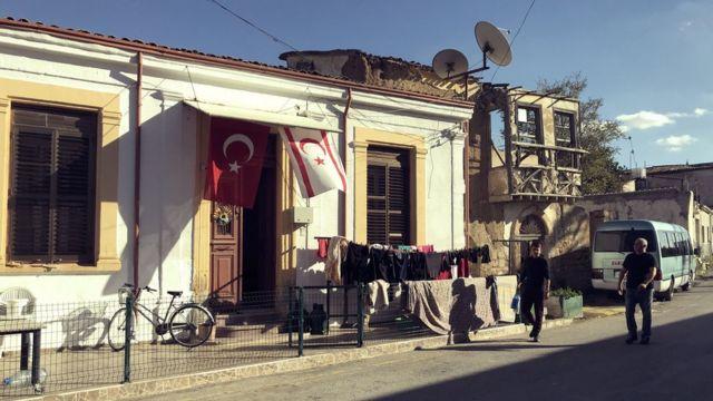 Banderas de Turquía y de la República Turca del Norte de Chipre en una casa del casco antiguo de Nicosia.