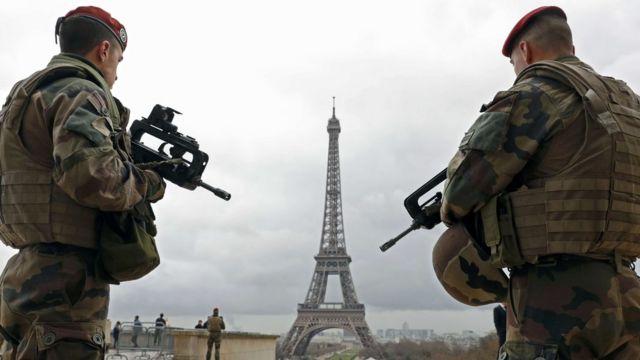 昨年11月の連続襲撃事件以来、フランスは非常事態宣言下にある(写真はパリ中心部で警戒する兵士たち)
