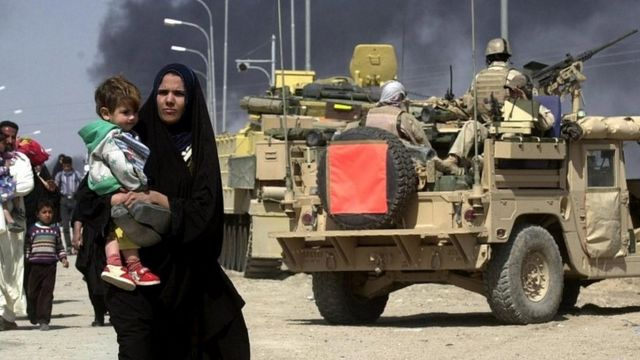 2003年3月にイラク・バスラから避難する住民たち
