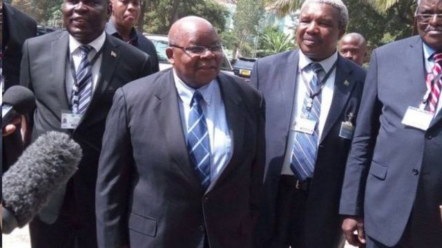 Umuhuza Benjamin Mkapa (uwa kabiri i bubamfu) mu biganiro vy'amahoro i Arusha mu kwezi kwa kabiri 2017