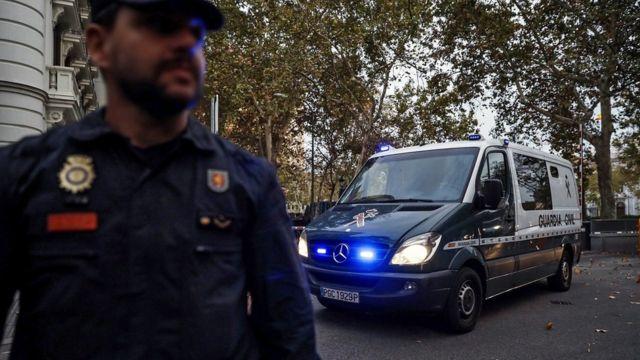 Полицейские машины увозят арестованных министров