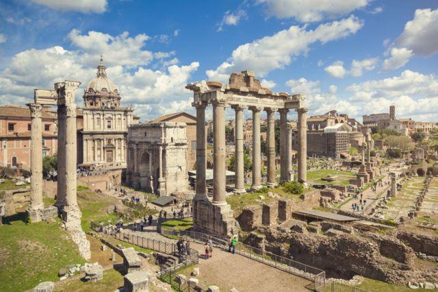 Forum Romano em Roma, Itália. Coliseu à distância.