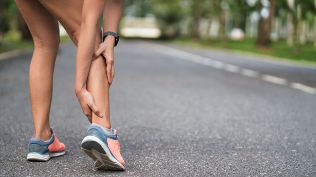 Mulher com dor na perna