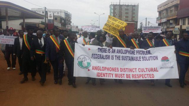 Des députés et sénateurs SDF et UPC, accompagnés de leur partisans, réclament des sanctions contre les forces de l'ordre ayant tiré sur des manifestants.