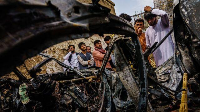 Кабульцы у автомобиля, пораженного ракетой с дрона