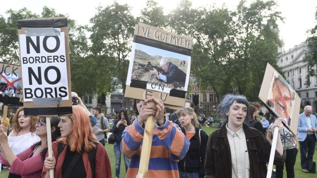 Protestos do lado de fora do parlamento