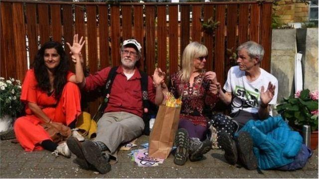Bốn người tự dán mình lại với nhau tại nhà của ông Jeremy Corbyn