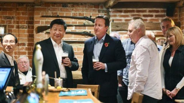 卡梅伦和习近平在酒吧共同品尝了英国传统美食炸鱼和薯条,一人喝了一大杯黑啤酒。