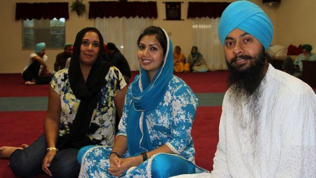 Сатприт Сингх и его жена (в центре) Хардип Каур