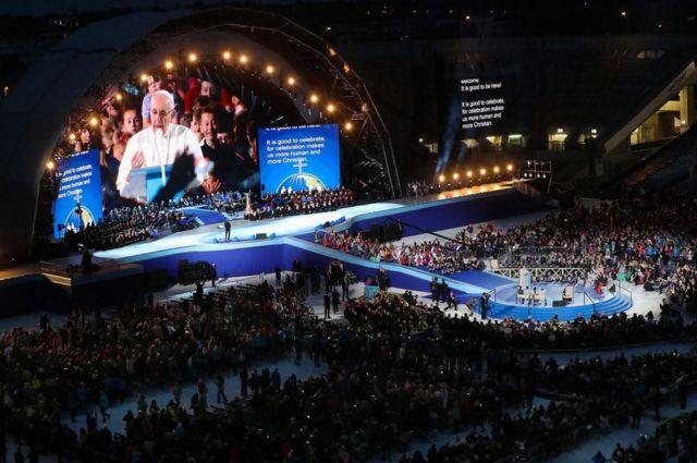 Папа римский обращается к собравшимся на концерте в Кроук-парке