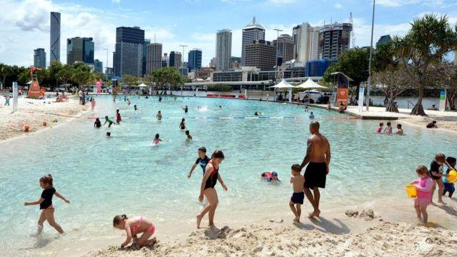Брисбен может стать неплохим вариантом для тех, кто уже имеет опыт жизни в Австралии - там даже есть пляж, где можно поплавать в обеденный перерыв