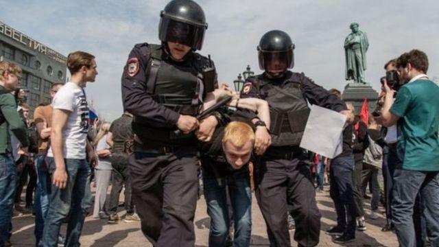 مظاهرة مناهضة لبوتن نُظمت مؤخرا في ميدان بوشكين بموسكو أسفرت عن اعتقال عدد منهم
