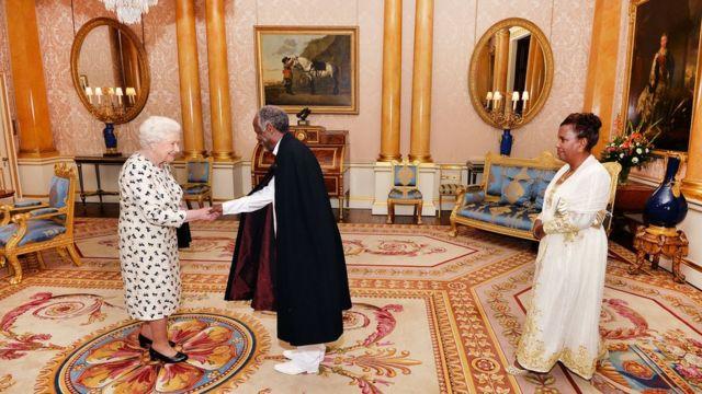 QUmwammikazi Elizabeth II aramutsa ambasaderi Dr Hailemichael Aberra Afework, ashikanye amakete amugena ku kirimba ca Buckingham i LOndres. PRESS ASSOCIATION Photo. Picture date: Wednesday June 8, 2016