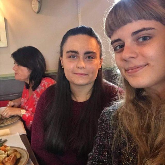 Kirstie (à droite) et Laura le 18e anniversaire de la dernière qui n'a pas pu manger son gâteau.