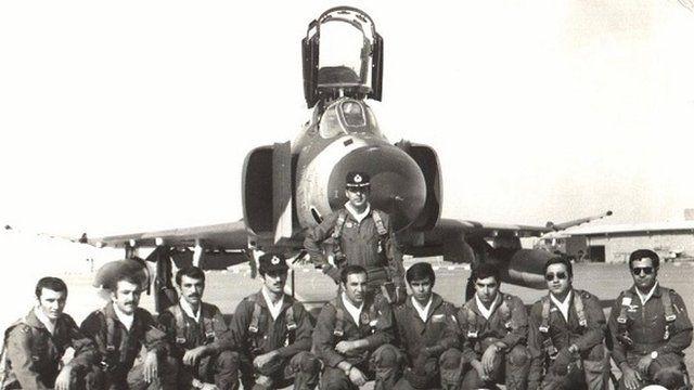 سرهنگ هوشیار و خلبانان گردان یازدهم هوایی در کنار هواپیمای فانتوم