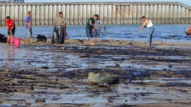 pembersihan laut dari minyak
