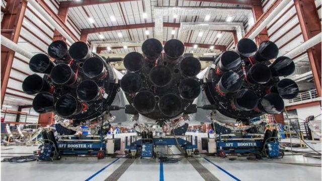 Parte posterior de los tres cohetes que integran el gigantesco cohete Falcon Heavy