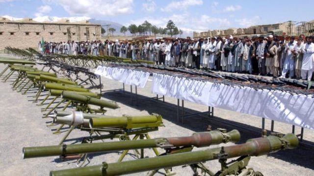 2001 sonrası Taliban karşıtı bazı mücahit gruplar, ABD ile anlaşarak silahlarını teslim etti