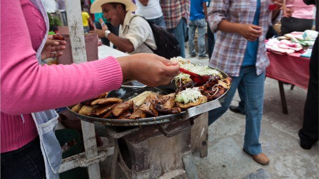 Puesto de venta en la calle de comida mexicana