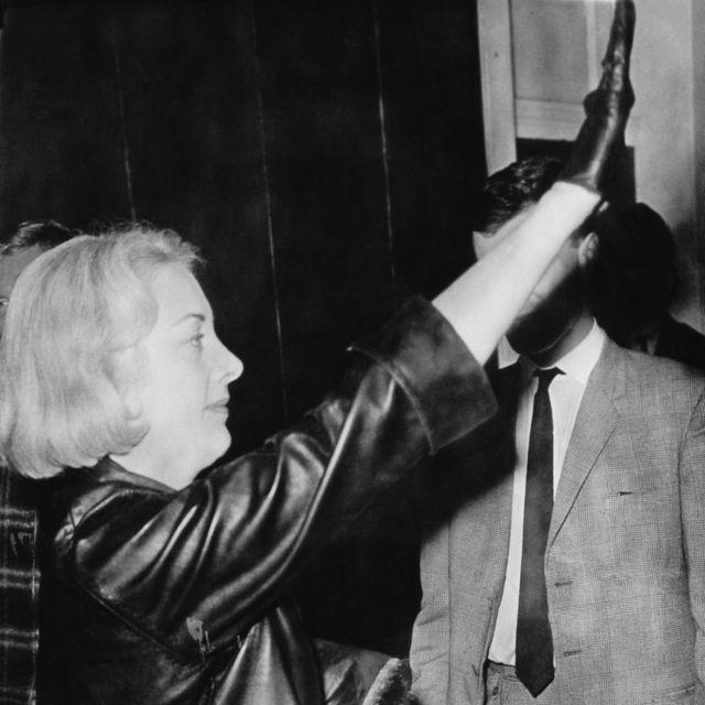 Françoise Dior fazendo a saudação depois de seu matrimônio em Coventry, na Inglaterra, em 1963