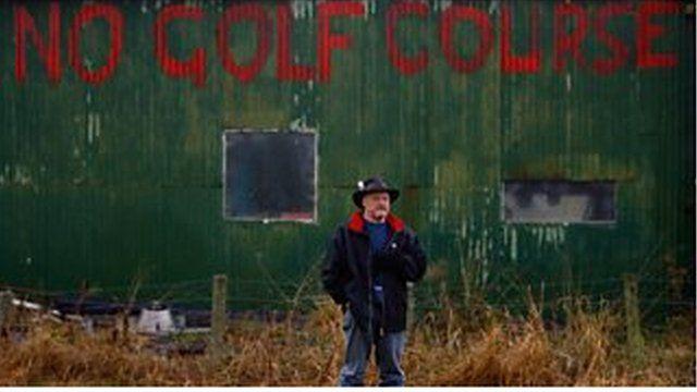自分の地所がゴルフ場予定地に隣接するマイケル・フォーブスは、建設計画に反対した