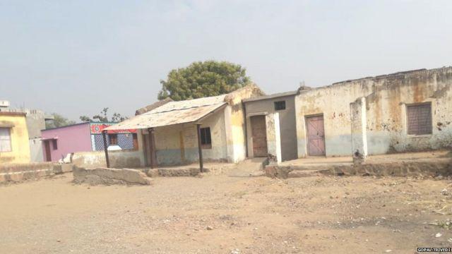 दुष्काळामुळे ओस पडलेलं बोंधलापुरी गाव