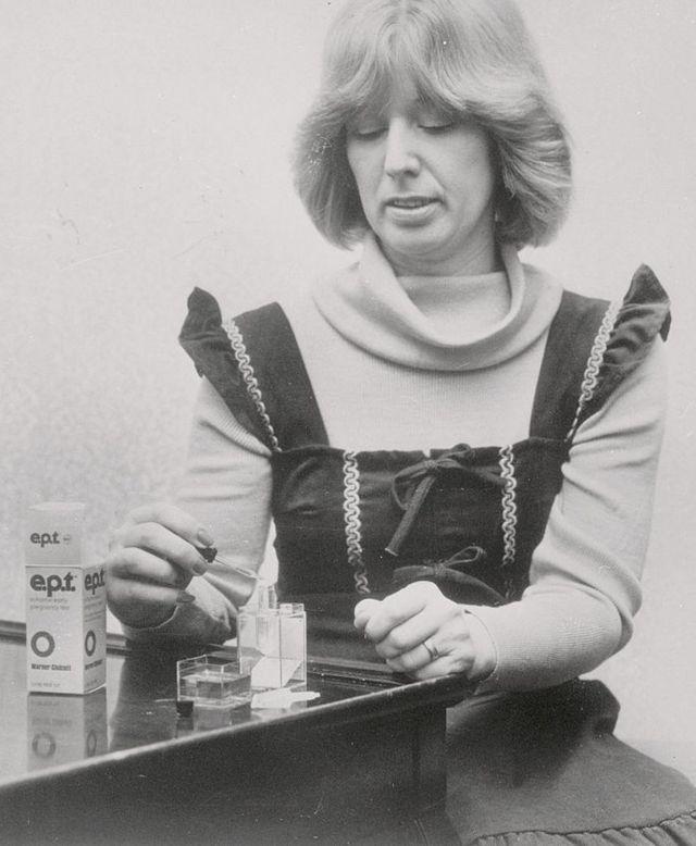 женщина пользуется одним из первых домашних тестов на беременность