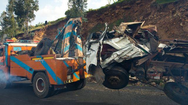 Un car accident é remorqué en Ethiopie