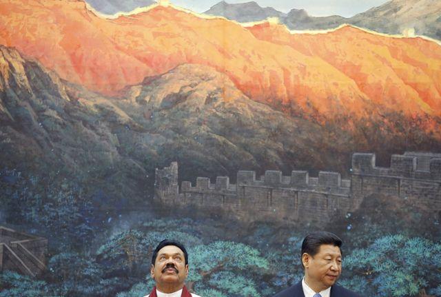 2013年5月,斯里兰卡时任总统拉贾帕克萨(左)与中国国家主席习近平(右)。