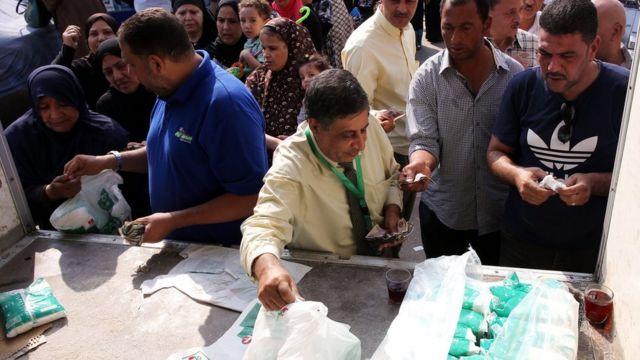 مصريون يشترون مواد غذائية