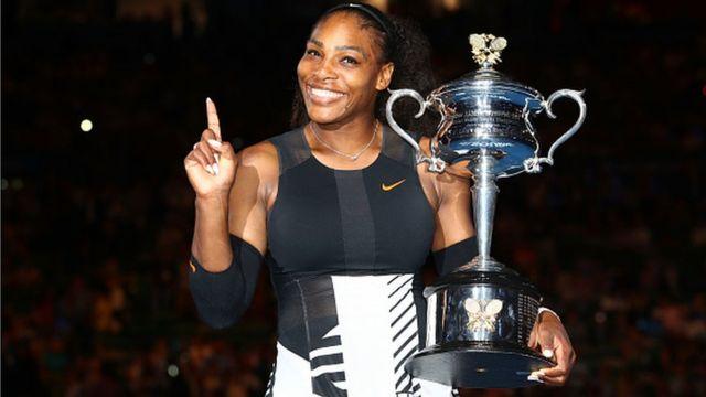 Serena Williams avec son trophée de l'Open d'Australie 2017