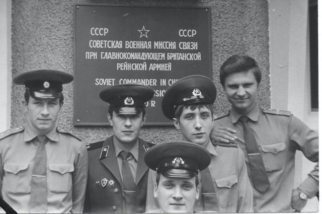 солдаты у базы