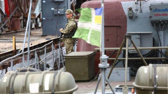 Militar en el puerto de Mariúpol