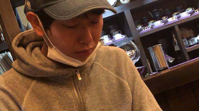 Shoji Morimoto em uma cafeteria