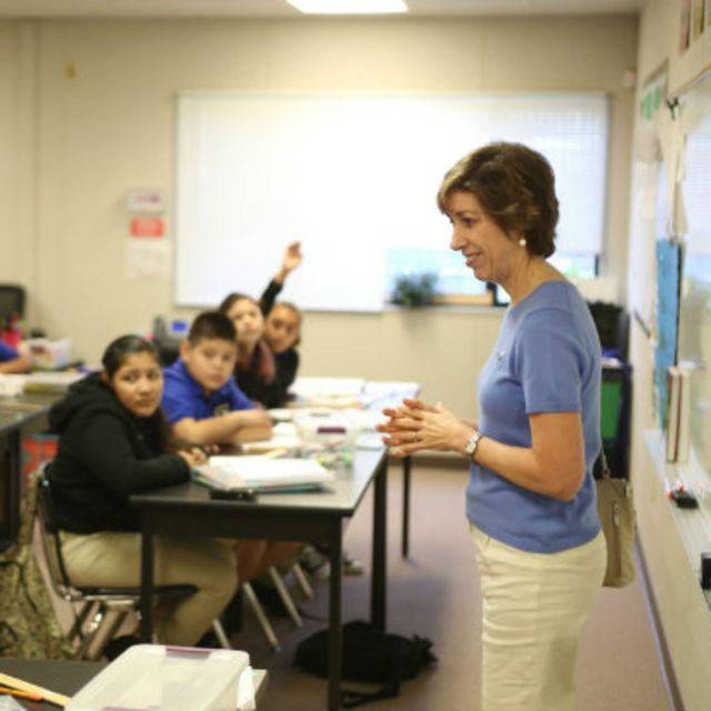 Ellen Ochoa habla con alumnos en una escuela.