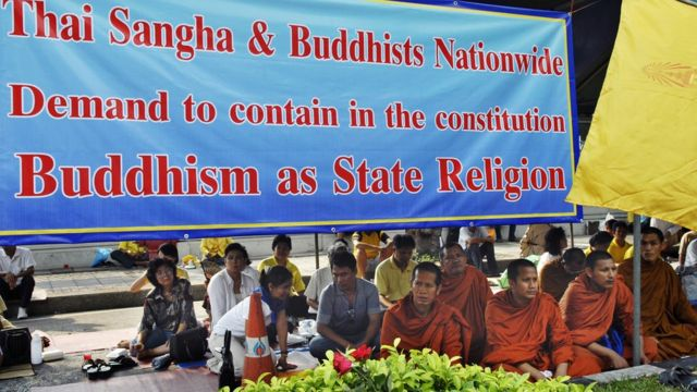 ผู้คนมาประท้วงเรื่องการบัญญัติพระพุทธศาสนาเป็นศาสนาประจำชาติในปี 2550