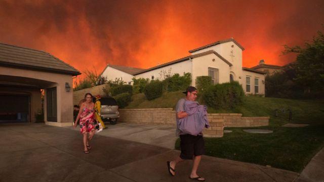 Personas son evacuadas.