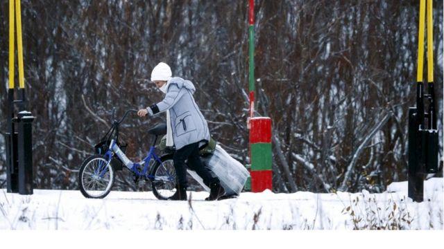 Una inmigrante con una bicicleta en noviembre de 2015