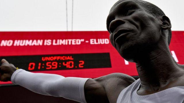 Элиуд Кипчоге после преодоления марафонской дистанции меньше чем за два часа
